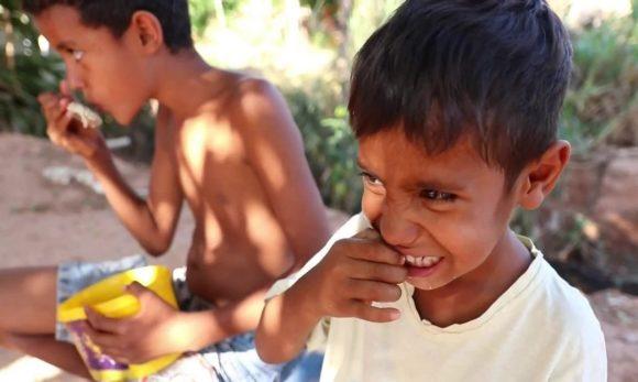 Retrato da fome: caldo com ossos alimenta família por três dias em Cuiabá