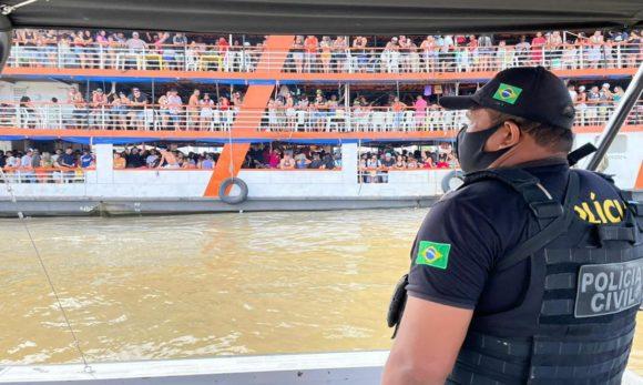 Barco com 1,6 mil pessoas que seguia para festa no Cotijuba é apreendido em um porto de Belém