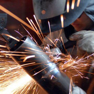Produção industrial cai pelo terceiro mês seguido